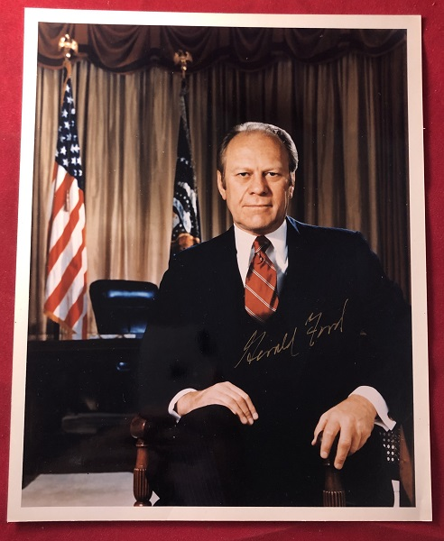 Glossy 8X10 Photograph SIGNED by President Gerald Ford. Gerald FORD.